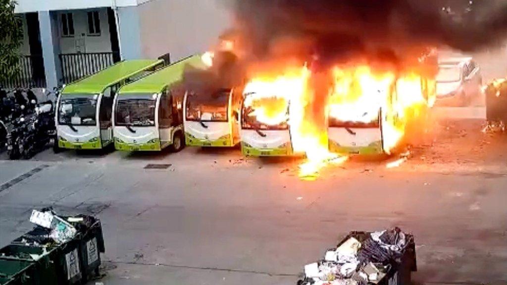 حریق وحشتناک اتوبوس برقی